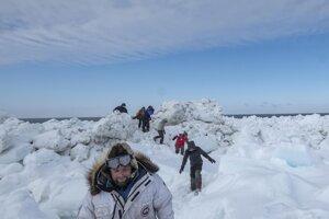 Chris Polashenski vedie výskumníkov, ktorí sa pripravujú na ročnú expedíciu.