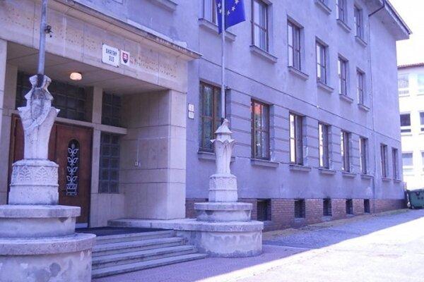 Rožňavský okresný súd vyhovel žiadosti prokurátora a poslal zatiaľ piatich obvinených do väzby.