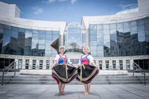 Zuzana Beňušková (vľavo) a Erika Mináriková vidia v tanci samé pozitíva: pekné držanie tela, boj proti alzheimerovi, pohyb aj život v komunite. Pózujú v štylizovanom kroji na tanec Rúcho.
