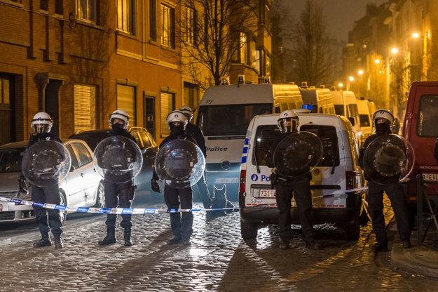 Štvrť Molenbeek je častým terčom policajných razií.
