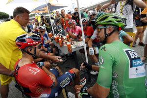 Slovenský cyklista Peter Sagan z tímu Bora Hansgrohe v zelenom drese vedúceho pretekára v bodovacej súťaži v priebežnom poradí, vľavo Talian Sonny Colbrelli (Bahrain-Merida) pred štartom 12. etapy pretekov Tour de France z Toulouse do Bagneres-de-Bigorre (202 km) vo štvrtok 18. júla 2019.