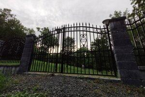 Vstupná brána zvieracieho cintorína je pre verejnosť ešte stále zamknutá