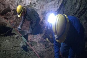 Drobná práca výskumníkov v jaskyni.