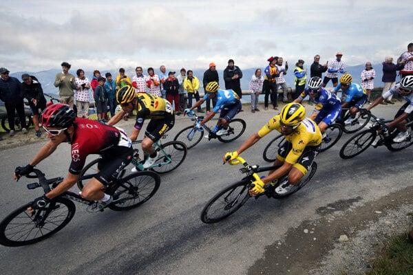 Cyklisti počas 12. etapy Tour de France 2019.