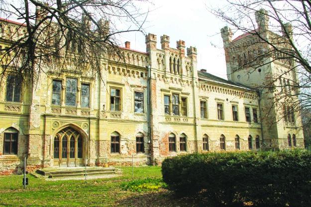 Neogotický kaštieľ je jedným zo symbolov mesta.