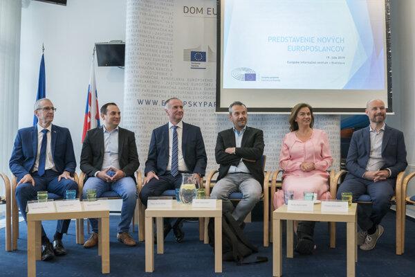 Zľava europoslanci Ivan Štefanec, Peter Pollák, Eugen Jurzyca, Robert Hajšel, Monika Beňová a Vladimír Bilčík