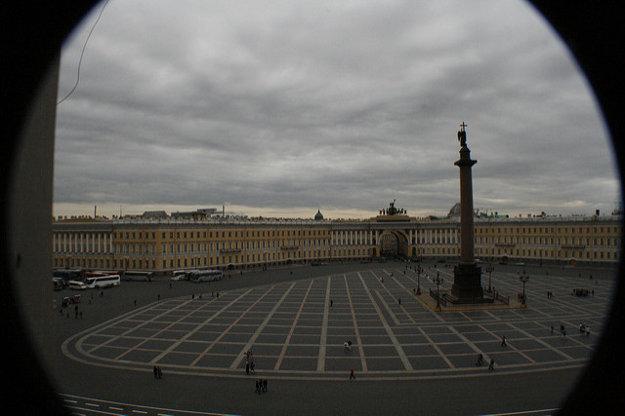 Palácové námestie obkolesuje Zimný Palác s Ermitážou. Víťazný stĺp cára Alexandra uprostred námestia postavili na počesť porážky Napoleona.