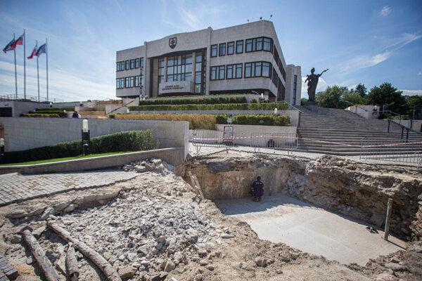 Výstavba stožiaru pred parlamentom.