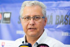 Nový prezident Slovenskej basketbalovej asociácie (SBA) Miloš Drgoň počas rozhovoru s novinármi na mimoriadnej konferencii SBA po voľbe prezidenta a výkonného výboru SBA v Bratislave 2019.