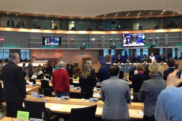 Minúta ticha vo výbore pre životné prostredie EP za obete teroristických útokov