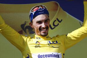 Julian Alaphilippe v žltom drese na pódiu po 14. etape Tour de France 2019.