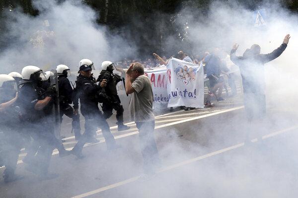 Polícia zatkla zatiaľ nespresnený počet odporcov.