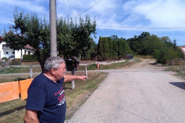 Ján Pohorelec starší ukazuje cestu, odkiaľ do Očovej prichádza každý večer medveď.