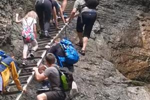 Svojim konaním ohrozovali ľudí na rebríku.