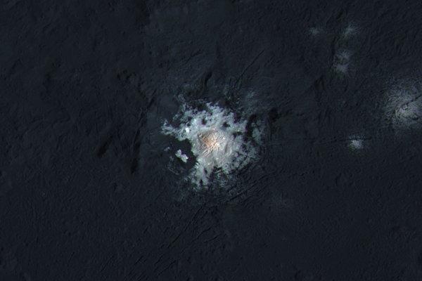 Svetelné škvrny kráteru Occator v upravených farbách. Podľa nových zistení vznikli prostredníctvom solí, ktoré pochádzajú z podpovrchového slaného oceánu.