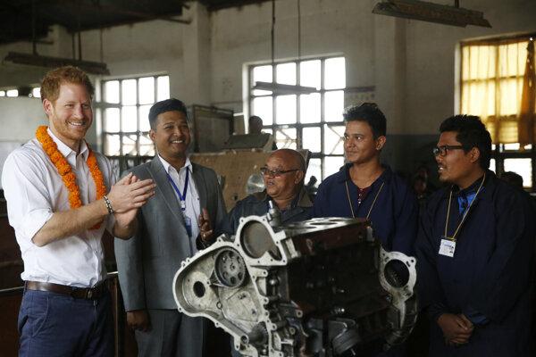 Princ Harry na stretnutí so študentami strojníctva.