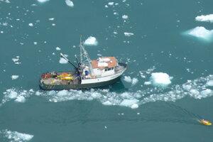 Výskumné plavidlo MV Steller v zálive pri ľadovci LeConte v auguste 2016. Vpravo dole je žltý autonómny výskumný kajak, vďaka ktorému môžu vedci bezpečne zbierať údaje aj pri aktívnom telení ľadovca.