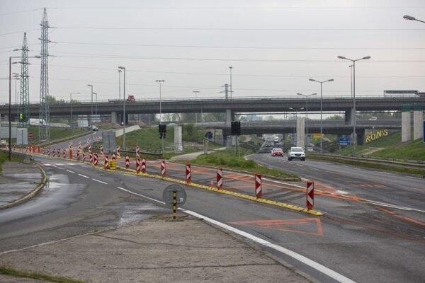 Zmenené dopravné značenie na zjazde z Prístavného mosta na Bajkalskú ulicu.