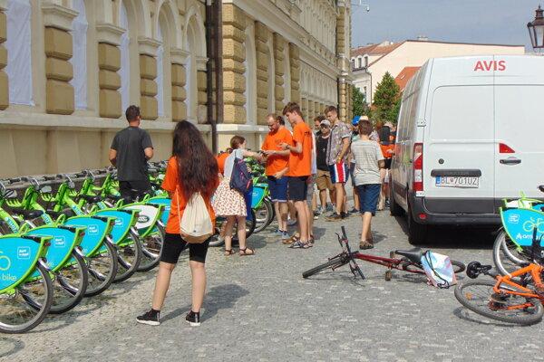 Stanovisko na Svätoplukovom námestí vlani. Dnes je prázdne, bez bicyklov.