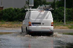 Zaplavená Kopčianska ulica v Bratislave.