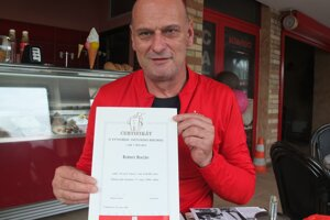 Rekordér Róbert Bocian dnes. S jedným z certifikátov o rekorde.