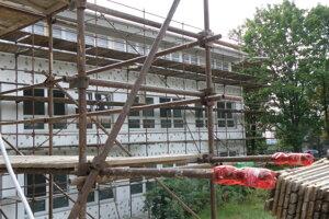 Budovu počas rekonštrukcie zateplia.