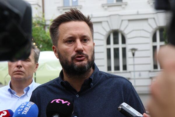 Primátor hlavného mesta Matúš Vallo počas tlačovej konferencie pri príležitosti oficiálneho otvorenia priestoru na Komenského námestí v Bratislave.