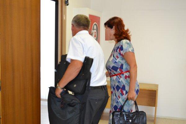 Exstarostka Lukačoviec Marianna Bučková vstupuje do pojednávacej miestnosti so svojím obhajcom.