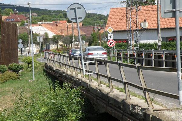 Frekventovaný most v Opatovciach nad Nitrou.