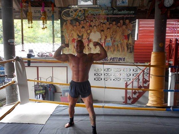 Peter Sitor počas prípravy v thajskom gyme.