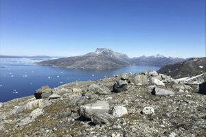 malé kusy ľadu plávajú na hladine vo fjorde Nuuk.