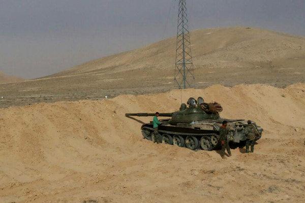 Tank sýrskej armády pripravený na útok na mesto.
