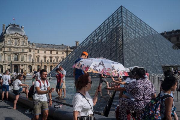 Svetoznáme múzeum Louvre v Paríži.