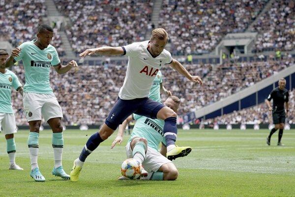 Harry Kane v súboji s Milanom Škriniarom (dole) v prípravnom zápase Medzinárodného pohára majstrov Tottenham Hottspur - Inter Miláno.