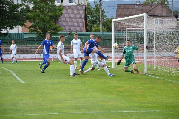 Dubničan Vaculík (v modrom vpravo) dáva proti Šamorínu vyrovnávajúci gól na 1:1.