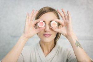 Kozmetika na unavenú pleť. Pleť v dôsledku nedostatku spánku a hormonálnych zmien trpí rôznymi ťažkosťami a nedokonalosťami. Pomôcť jej môžete kvalitnými sérami s výživnými látkami.