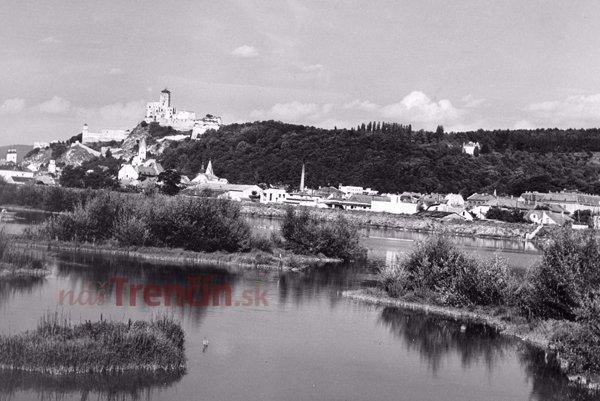 Trenčín vroku 1957. Pohľad na mesto aBrezinu sTisovou vilou.