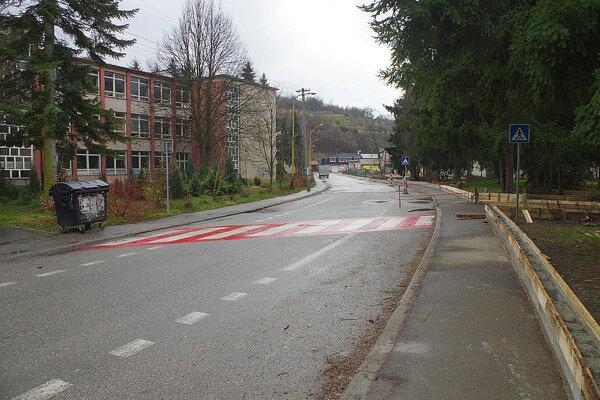 V článku sa rozoberal problém so zapínaním svetiel aj na tejto ulici. Je tu veľa škôl.