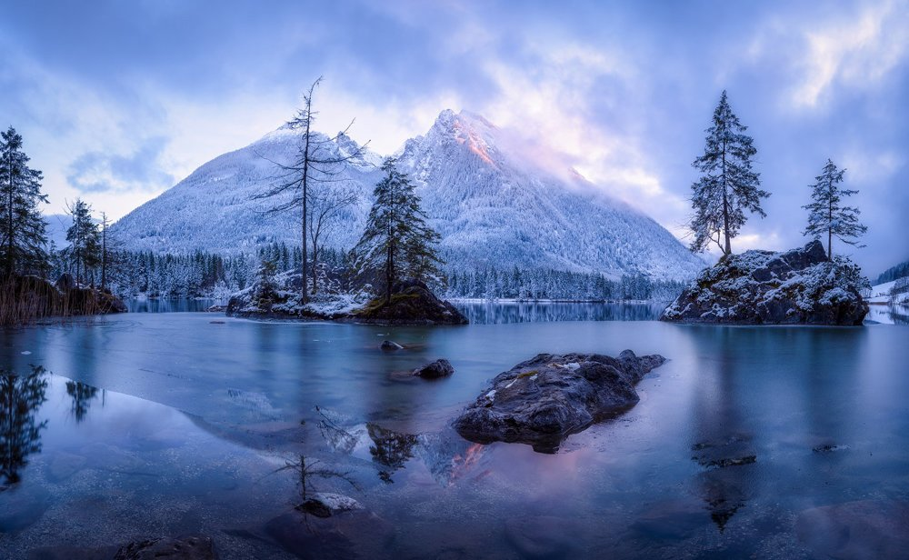 Alpské jazero Hintersee pod vrchom Hochkalter (2,607 m.n.m)