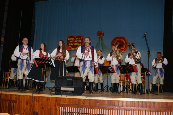 Maguranka zaspievala a zahrala ženám v Lehote pod Vtáčnikom.