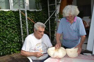 Manželia Ján a Mária Jenčíkovci majú na záhrade vatovce.