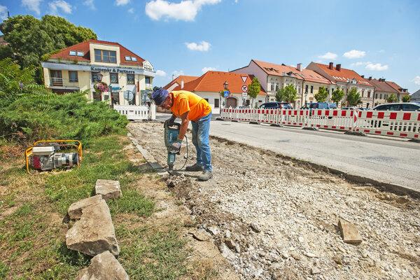 V súčasnosti robotníci pracujú  na obnove chodníka od OD Jednota po Halenársku ulicu.