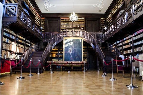 Interiér Aponiovskej knižnice v Oponiciach.
