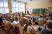 Žiaci a učiteľka počas vyučovania v triede Základnej škole Dr. Jozefa Dérera v Malackách.