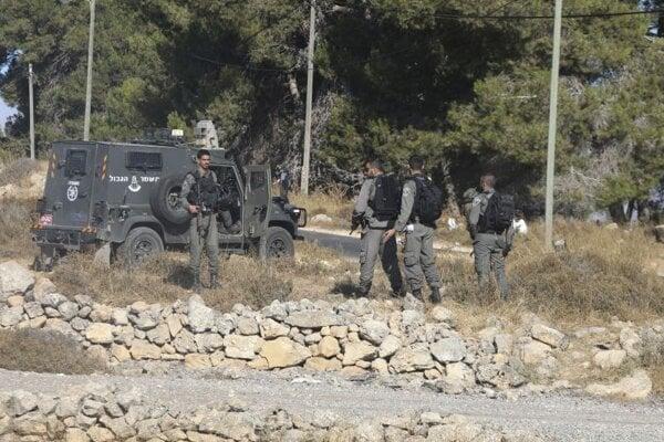 Izraelskí vojaci na mieste nálezu svojho kolegu v oblasti Gush Etzion.