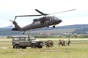 Vrtuľník Black Hawk UH-60M Rambo a 5. Pluk špeciálneho určenia Žilina počas Medzinárodných leteckých dní SIAF 2019 na leteckej základni Sliač 3. augusta 2019.