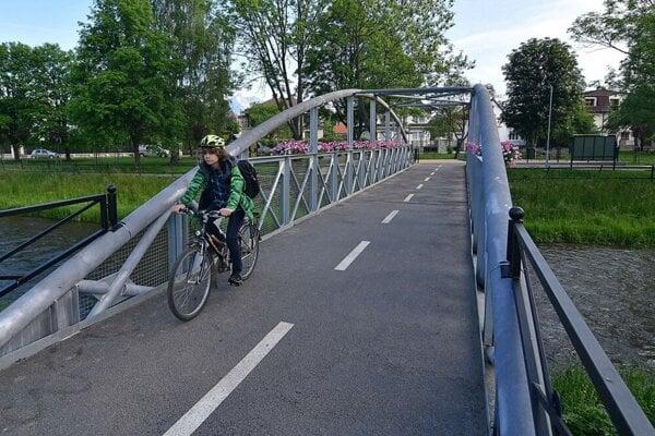 Most na cyklotrase ešte s kvetmi. Padli za obeť zlodejom a vandalom.