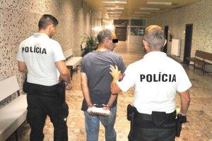 Polícia privádza vajdu Milana B. z Tresteného na súd.
