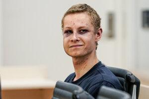 Na snímke 21-ročný Philip Manshaus sedí v súdnej sieni.
