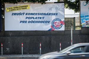 Šéf SNS Andrej Danko zrejme verí, že na zrušenie koncesionárskych poplatkov pre seniorov dostal požehnanie.
